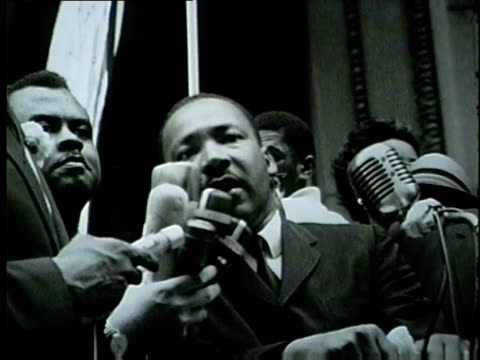 stockvideo's en b-roll-footage met martin luther king speaks to civil rights marchers filling the streets of downtown chicago on july 26, 1965. - 1965