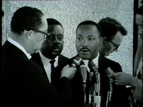 vídeos y material grabado en eventos de stock de martin luther king talks racial inequalities in chicago in 1965. - 1965