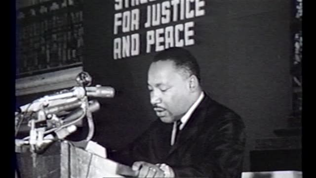 wgn martin luther king tells crowd now is the time for change in chicago in the summer of 1966 - 住宅問題点の映像素材/bロール