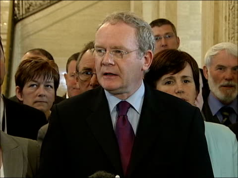 martin mcguinness press conference; northern ireland: belfast: int * * beware flash photography * * general view of martin mcguinness down stairs to... - democratic unionist party 個影片檔及 b 捲影像