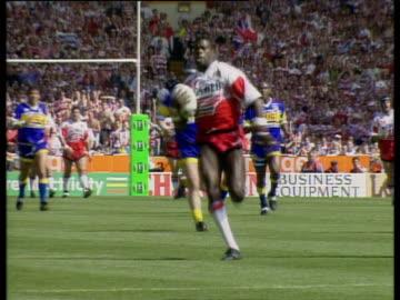vídeos de stock e filmes b-roll de martin offiah runs length of pitch to score memorable try, wigan vs leeds, rugby league challenge cup final 1994, wembley stadium, london - râguebi desporto