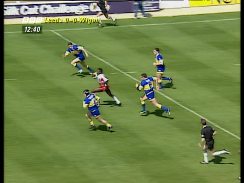 martin offiah runs length of pitch to score memorable try, wigan vs leeds, rugby league challenge cup final 1994, wembley stadium, london - lunghezza video stock e b–roll