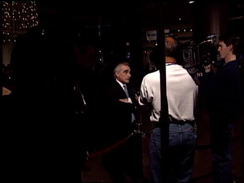 martin scorsese at the 'gangs of new york' premiere at dga in los angeles, california on december 17, 2002. - ギャング・オブ・ニューヨーク点の映像素材/bロール