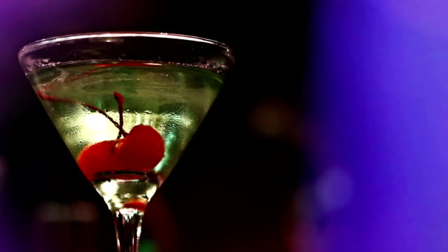 stockvideo's en b-roll-footage met martini cocktail glass with some cherries - martiniglas