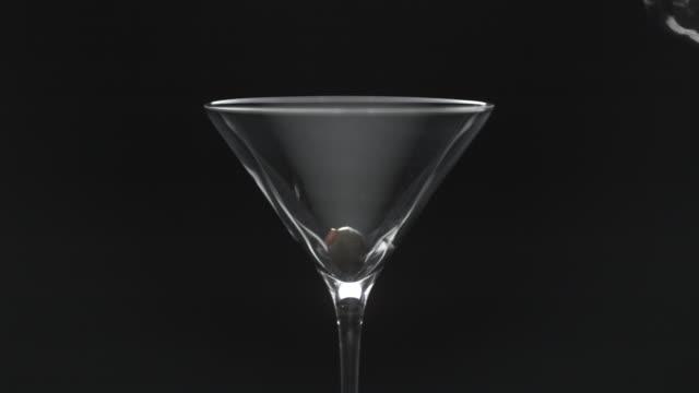 stockvideo's en b-roll-footage met martini cocktail - martini