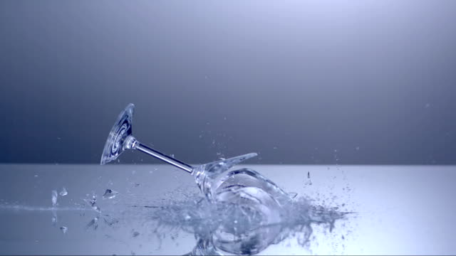 stockvideo's en b-roll-footage met martini glass shattering (super slow motion) - martiniglas