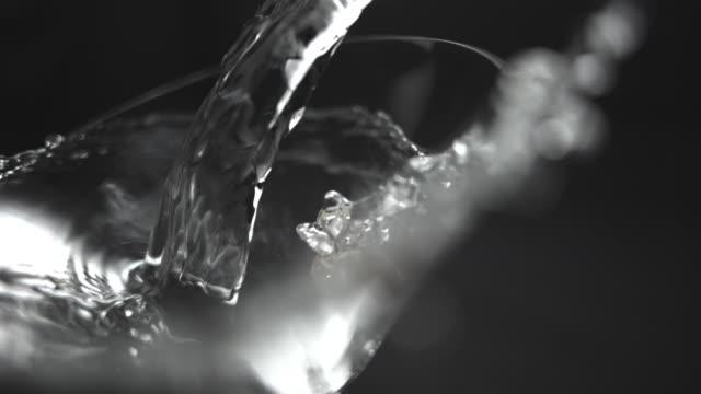vidéos et rushes de martini - verre à pied