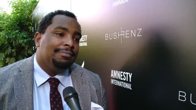 vídeos de stock e filmes b-roll de interview marvin bing on how it feels to be at the first ever art for amnesty pregolden globe brunch at art for amnesty's pregolden globes... - prémio globo de ouro