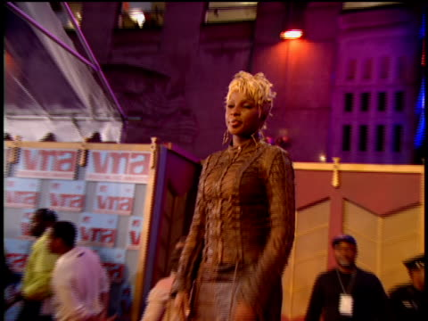 mary j. blige arriving at the arriving to the 2002 mtv video music awards red carpet - 2002 stock videos & royalty-free footage