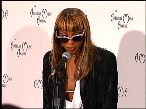 mary j blige at the 1998 american music awards at the shrine auditorium in los angeles california on january 26 1998 - american music awards bildbanksvideor och videomaterial från bakom kulisserna