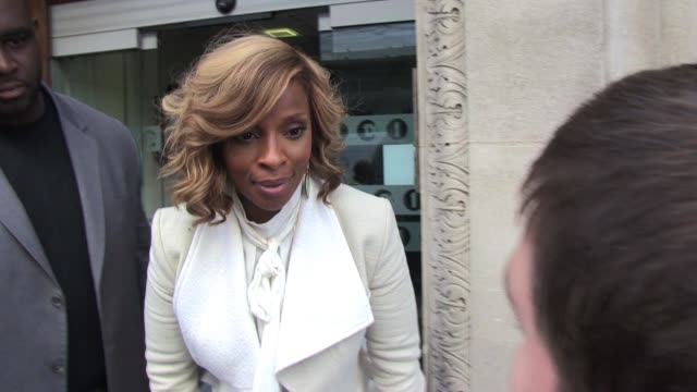 vídeos de stock e filmes b-roll de mary j blige leaves bbc radio one studios after promoting a new album and checks for 'real fans' before signing autographs sighted mary j blige at... - autografar