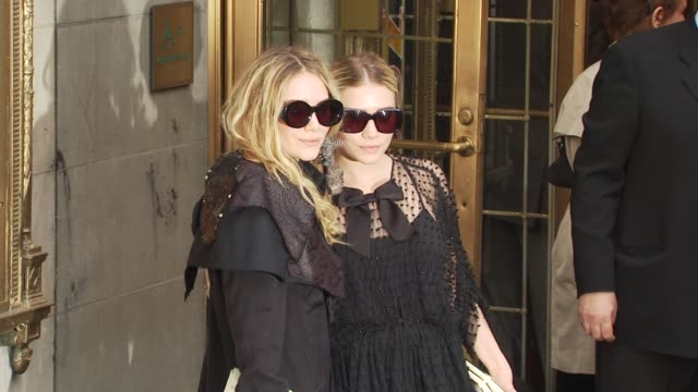 vídeos de stock, filmes e b-roll de mary kate and ashley olsen at the opening of 'lend me a tenor' arrivals at new york ny - mary kate olsen