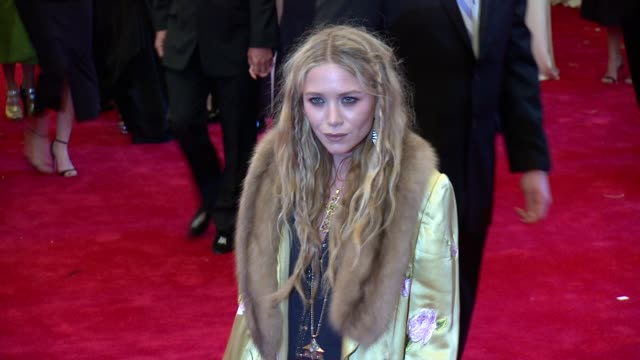 vídeos de stock, filmes e b-roll de mary kate olsen at punk chaos to couture costume institute gala at metropolitan museum of art on may 06 2013 in new york new york - mary kate olsen
