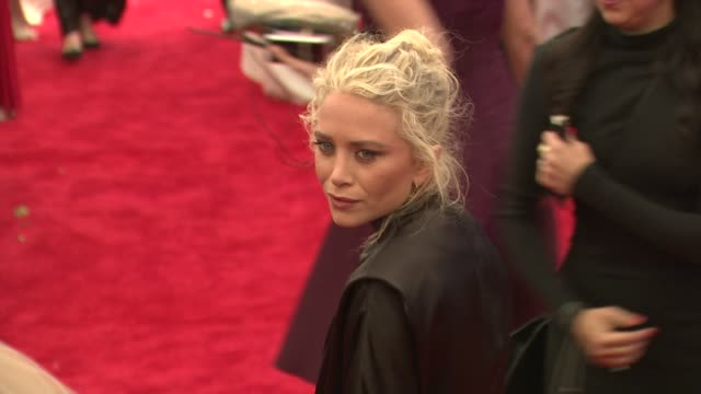 vídeos de stock, filmes e b-roll de mary kate olsen at schiaparelli and prada impossible conversations costume institute gala at metropolitan museum of art on may 07 2012 in new york... - mary kate olsen