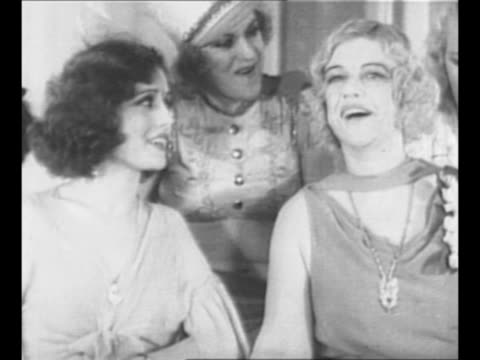 vídeos de stock e filmes b-roll de mary louise cecilia texas guinan stands with a group of costumed female entertainers at her speakeasy the 300 club / 2shot one of guinan's girls... - bar clandestino