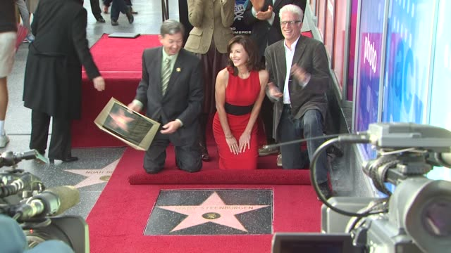 vídeos de stock e filmes b-roll de mary steenburgen and ted danson at the mary steenburgen honored with a star on the hollywood walk of fame at hollywood ca - ted danson