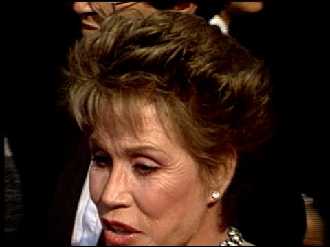 vídeos y material grabado en eventos de stock de mary tyler moore at the 1988 emmy awards outside at the pasadena civic auditorium in pasadena california on august 27 1988 - mary tyler moore