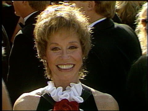 vídeos y material grabado en eventos de stock de mary tyler moore at the 1993 emmy awards entrances at the pasadena civic auditorium in pasadena california on september 19 1993 - mary tyler moore