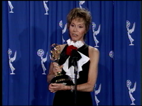 mary tyler moore at the 1993 emmy awards press room at the pasadena civic auditorium in pasadena california on september 19 1993 - anno 1993 video stock e b–roll