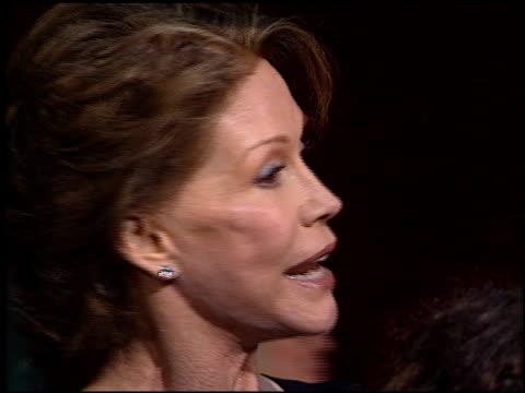 vídeos y material grabado en eventos de stock de mary tyler moore at the 2001 emmy awards at the shubert theater in century city california on november 4 2001 - mary tyler moore