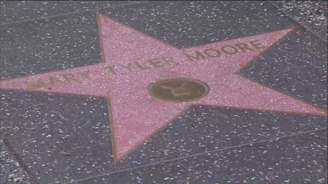 vídeos y material grabado en eventos de stock de ktla mary tyler moore star on the hollywood walk of fame - mary tyler moore