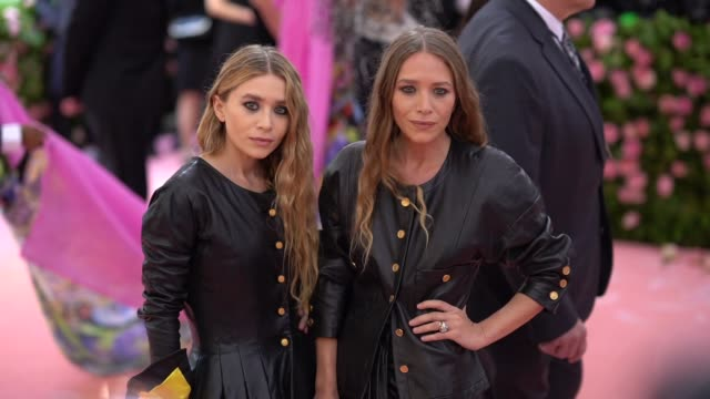vídeos de stock, filmes e b-roll de mary-kate and ashley olsen at the 2019 met gala celebrating camp: notes on fashion - arrivals at metropolitan museum of art on may 06, 2019 in new... - mary kate olsen