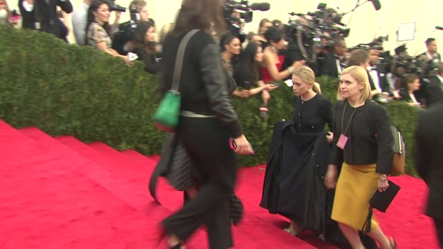 vídeos de stock, filmes e b-roll de marykate olsen and ashley olsen at charles james beyond fashion costume institute gala arrivals at the metropolitan museum on may 05 2014 in new york... - mary kate olsen