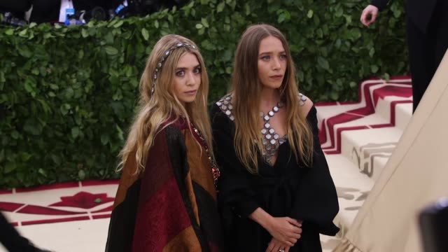 vídeos de stock, filmes e b-roll de mary-kate olsen and ashley olsen at heavenly bodies: fashion & the catholic imagination costume institute gala at the metropolitan museum of art on... - mary kate olsen