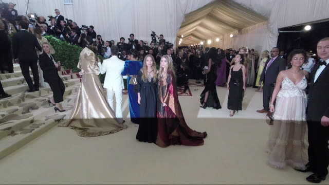 vídeos de stock, filmes e b-roll de marykate olsen and ashley olsen at heavenly bodies fashion the catholic imagination costume institute gala alternative views at the metropolitan... - mary kate olsen