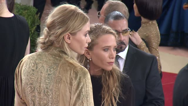 vídeos de stock, filmes e b-roll de mary-kate olsen and ashley olsen at manus x machina: fashion in an age of technology - costume institute benefit gala - arrivals at metropolitan... - mary kate olsen