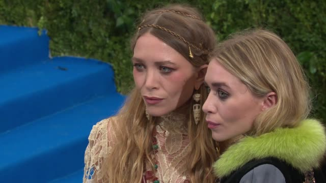 vídeos de stock, filmes e b-roll de marykate olsen and ashley olsen at rei kawakubo/comme des garcons art of the inbetween costume institute gala arrivals at the metropolitan museum of... - mary kate olsen