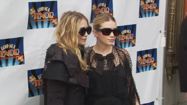vídeos de stock, filmes e b-roll de marykate olsen and ashley olsen at the opening of 'lend me a tenor' arrivals at new york ny - mary kate olsen