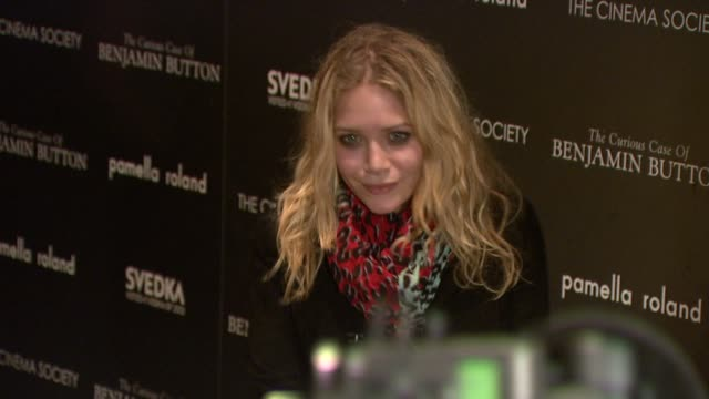 vídeos de stock, filmes e b-roll de mary-kate olsen at the cinema society hosts 'the curious case of benjamin button' screening at new york ny. - mary kate olsen