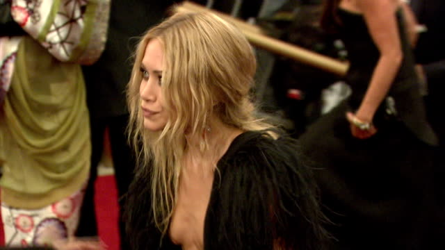 vídeos de stock, filmes e b-roll de marykate olsen at the metropolitan museum of art costume institute gala 'poiret king of fashion' at the metropolitan museum of art in new york new... - mary kate olsen