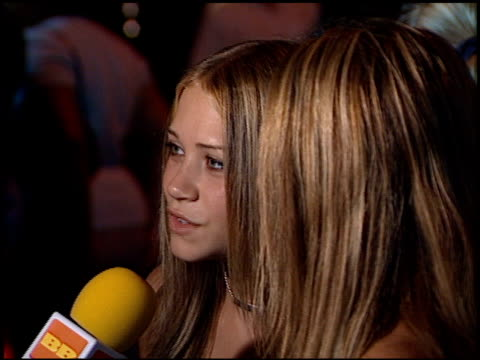 vídeos de stock, filmes e b-roll de mary-kate olsen at the 'n sync celebrity album party at moomba in west hollywood, california on july 23, 2001. - mary kate olsen