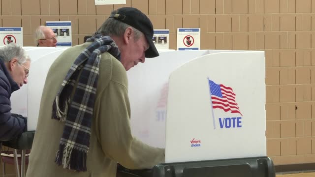 vídeos de stock e filmes b-roll de maryland voters head to the polls to cast their ballots in the 2018 midterm elections as the state's early voting officially begins - maryland estado