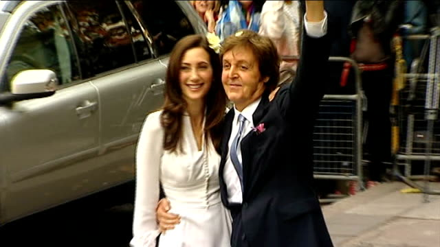 marylebone town hall to have 20 million pound refit t09101137 photography ** sir paul mccartney and nancy shevell posing for photocall then into car - ポール・マッカートニー点の映像素材/bロール
