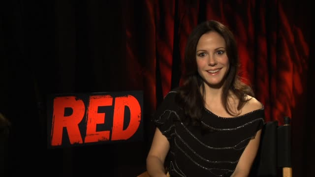 vídeos de stock, filmes e b-roll de mary-louise parker on working with bruce, how generous he is as an actor and a family man. on the mood on set. on the message of the film. says it's... - new age