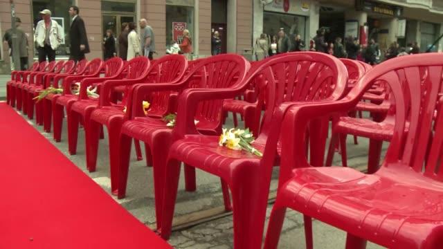 mas de 11500 sillas vacias fueron colocadas en la principal avenida de sarajevo para conmemorar el vigesimo aniversario del comienzo de la guerra... - avenida stock videos & royalty-free footage