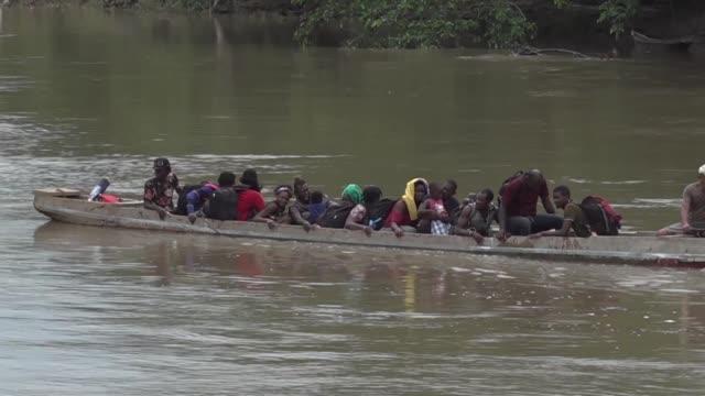 vídeos de stock, filmes e b-roll de mas de 1.500 migrantes se hacinan en un poblado indigena de panama tras haber cruzado la peligrosa selva de darien uno de los tramos de mayor riesgo... - tribo norte americana
