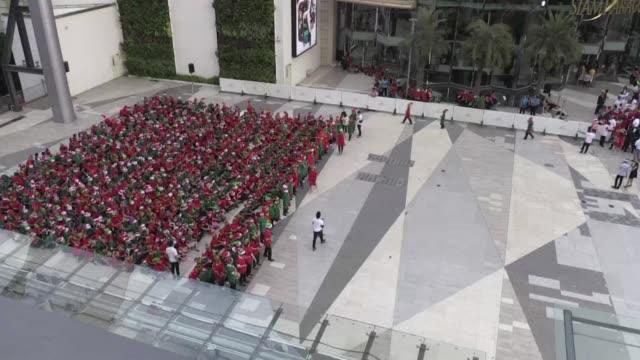 stockvideo's en b-roll-footage met mas de 1700 elfos navidenos se reunieron este martes en bangkok rompiendo el record logrado por londres el pasado ano - recordbrekend
