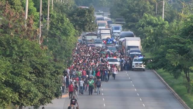 vídeos y material grabado en eventos de stock de mas de 2000 hondurenos emprendieron el sabado su viaje a estados unidos donde esperan encontrar mejores condiciones de vida y escapar de la violencia... - ee.uu