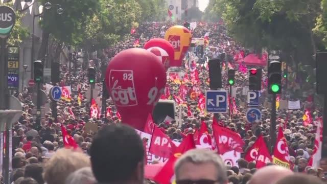 mas de 200000 manifestantes marcharon el martes en francia contra la polemica reforma laboral del presidente emmanuel macron en la primera jornada de... - sindicatos stock videos & royalty-free footage