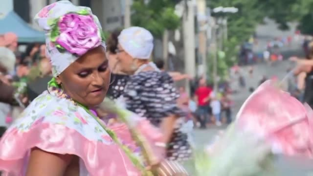 vídeos de stock, filmes e b-roll de mas de 30 comparsas desfilaron el lunes en la capital uruguaya para honrar a san baltasar en un tradicional desfile encabezado por los reyes magos - tradição
