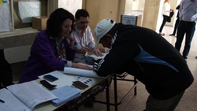 mas de 30 millones de argentinos acuden a las urnas este domingo para renovar la mitad de la camara de diputados y un tercio del senado en unos... - congreso stock videos and b-roll footage