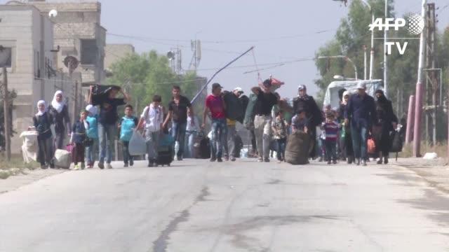 mas de 300 habitantes originarios de daraya cerca de damasco comenzaron el viernes a ser evacuados por el ejercito de una localidad vecina rebelde... - refugiado stock videos & royalty-free footage