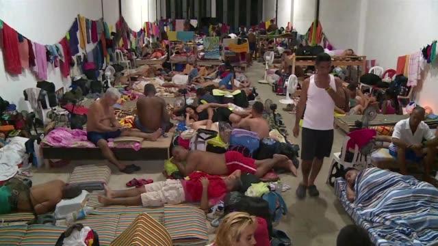 vídeos y material grabado en eventos de stock de mas de 500 cubanos varados en la frontera colombiana esperan hacinados que las autoridades les permitan seguir su viaje por centroamerica rumbo a su... - ee.uu