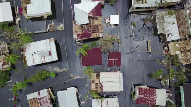 vídeos de stock, filmes e b-roll de mas de 70000 habitantes recibieron ordenes de evacuar una zona del noroeste de puerto rico por un fallo en una represa que puede causar inundaciones... - porto riquenho