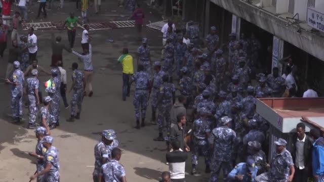mas de 80 personas resultaron heridas el sabado en la capital de etiopia por la explosion de una granada lanzada entre la multitud durante un mitin... - multitud stock videos & royalty-free footage