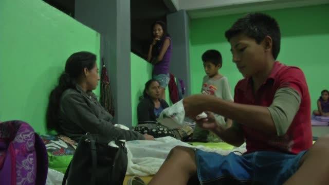 mas de mil personas fueron evacuadas en zihuatanejo a la espera del huracan raymond que seguia avanzando el martes frente a la costa del pacifico... - raymond maine stock videos & royalty-free footage